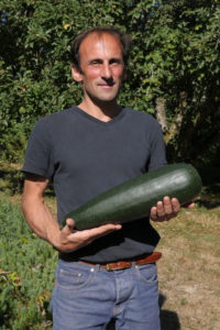 Alexandre Eymery et une courgette géante, ni amère, ni fibreuse malgré la taille ! Les bienfaits de l'agroécologie.