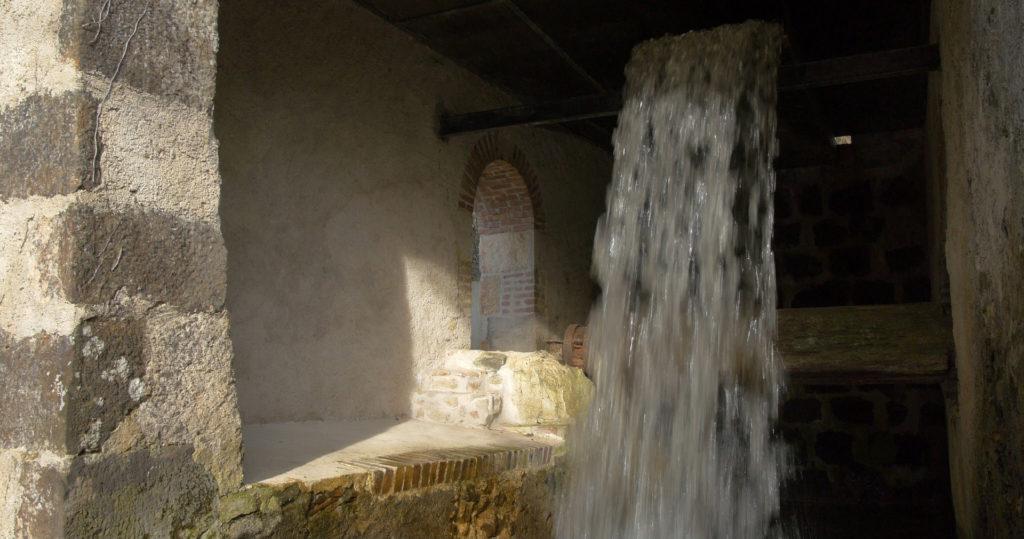 La chambre à eau du Moulin de Sugy, avec le coursier et l'axe de la roue.