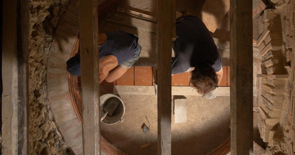 Rénovation du four à pain avec les techniques traditionnelles - Moulin de Sugy