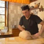 Pétrissage d'une pâte à pain réalisée avec une farine de faible force boulangère et du levain naturel - Moulin de Sugy