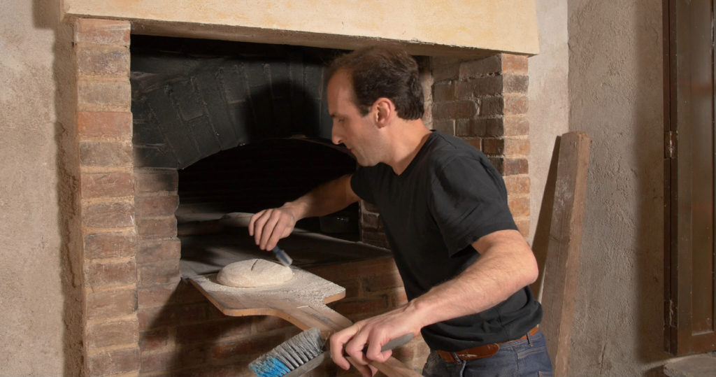 Grignage de la pâte avant enfournage, pour favoriser son développement - Moulin de Sugy
